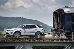 Land Rover Discovery Sport zieht Zug über den Rhein. © spothits/Land Rover