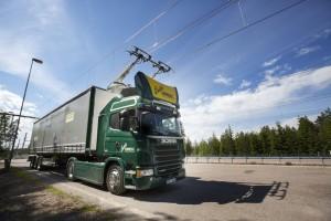 Scania-Lastwagen fahren an der Oberleitung. © spothits/Scania
