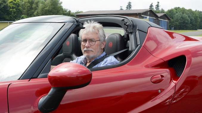 Spothits-Autor Heiner Klempp im Alfa Romeo 4C Cabriolet, der ebenfalls auf dem Michelstädter Sportflugplatz zu fahren war. Auch er mit röhrendem Motor ein Ohrenschmaus. Für zu lange Autoren wie Klempp jedoch war es ausgesprochen schwierig, sich in das Sportcabrio hineinzufalten… Foto: Viktor Schwirkschlies