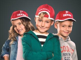 Dekra verteilt rote Kappen an Schulanfänger. © spothits/Dekra