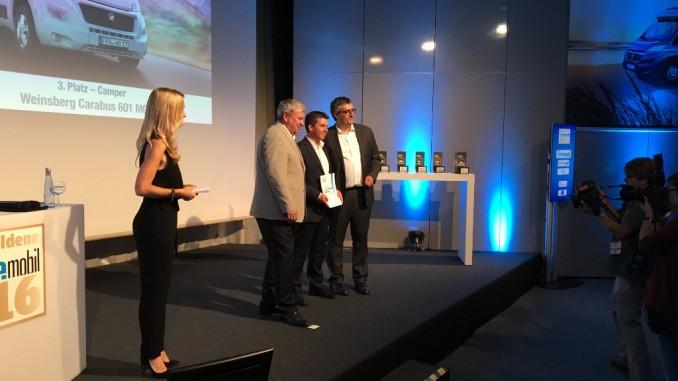Manfred Berghofer (Auto Bild Reisemobil Marketing), Gewinner Stefan Kreuz (Produktmanager Weinsberg), Auto Bild Reisemobil-Chef Christian Steiger. © spothits/Knaus Tabbert
