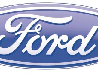 Drohnenpiloten absolvieren Parcour im Ford-Werk. © spothits/Logo Ford
