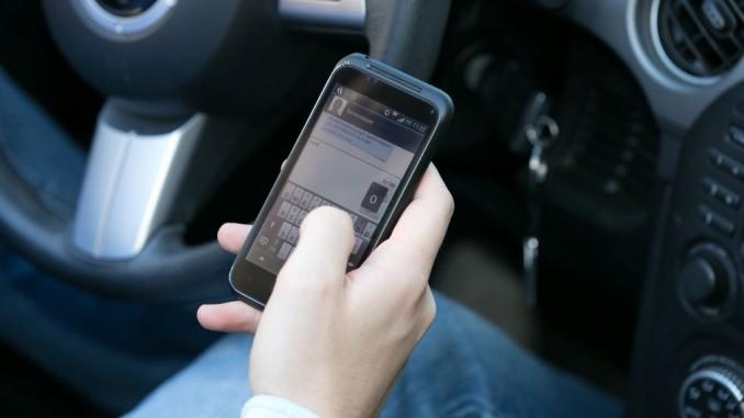 Zwei von drei fahren mit Handy am Ohr. © spothits/DVW