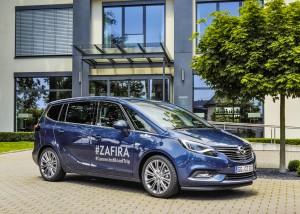 Im Opel Zafira auf der Suche nach dem perfekten Foto. © spothits/Opel