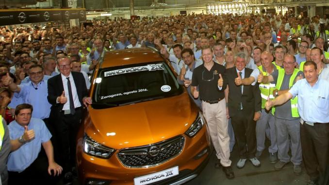 Neumann fährt den ersten Opel Mokka X vom Band. © spothits/Hersteller
