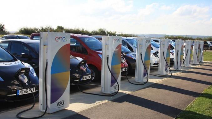 Nissan-Mitarbeiter spenden Strom. © spothits/Nissan