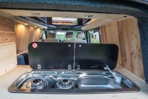 VW-Campingbus aus Frankreich: Holz in der Hütt'n. © spothits/Campervans Montblanc