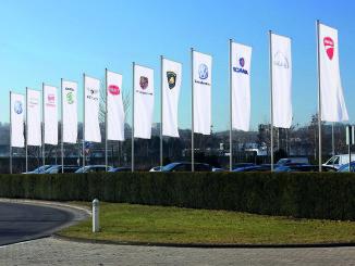 Fanen der Konzernmarken vor dem Verwaltungshochhaus am VW-Stammsitz Wolfsburg. Foto: spothits/ampnet/Volkswagen