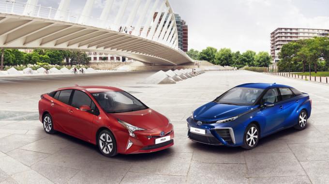 Toyota Prius (l.) und Mirai. Foto: spothits/ampnet/Toyota