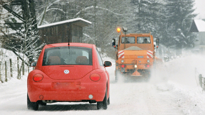 Ratgeber: Räum- und Streufahrzeuge nicht überholen. © spothits/ampnet/ADAC
