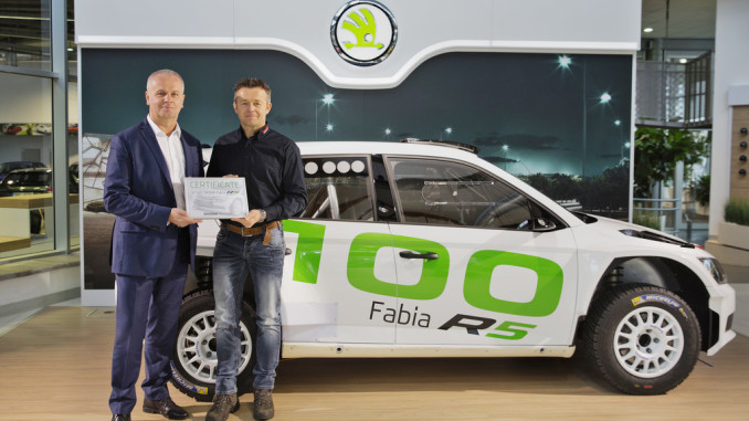 Der Niederländer Eric Wevers (rechts) nahm von Skoda-Motorsport-Direktor Michal Hrabánek den 100. Fabia R5 für sein Team in Empfang. Foto: spothits/ampnet/Skoda