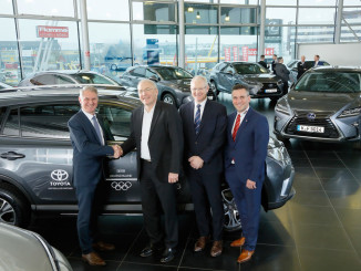 Toyota ist offizieller Partner der deutschen Olympiamannschaft (v.l.): Michael Heise (Toyota Deutschland), Dr. Michael Vesper und Thomas Arnold vom DOSB sowie Alexander Nix (Autohaus Nix). Foto: spothits/ampnet/Toyota