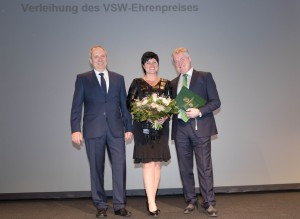 Verleihung des VSW-Ehrenpreises: Dr. Jörg Brückner, Präsident der Vereinigung der Sächsischen Wirtschaft (l.) und Siegfried Bülow, Vorsitzender der Geschäftsführung der Porsche Leipzig GmbH (r.) mit seiner Frau Katrin. Foto: spothits/ampnet/Porsche
