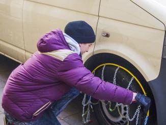 Ratgeber: Montage von Schneeketten. Foto: spothits/ampnet/TÜV Rheinland