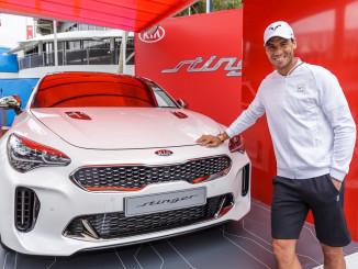 Raphael Nadal und der neue Kia Stinger. Foto: spothits/ampnet/Kia