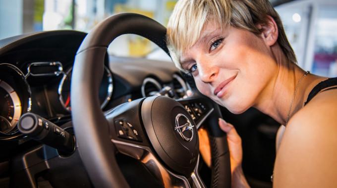 Topmodel-Gewinnerin Kim mit dem Opel Adam. Foto: spothits/ampnet/Opel
