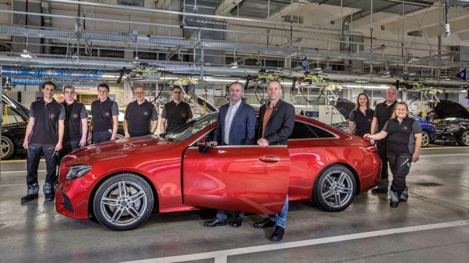 Produktionsstart des Mercedes-Benz E-Klasse Coupé im Werk Bremen: Standortverantwortlicher Peter Theurer (2.v.r.) und Betriebsratsvorsitzender Michael Peters (r.). Foto: spothits/ampnet/Daimler