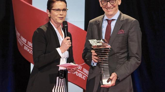 """Birgit Priemer, stellvertretende Chefredakteurin von """"Auto, Motor und Sport"""", überreicht Opel-Chef Dr. Karl-Thomas Neumann den """"International Paul Pietsch Award"""" für die Technik des Ampera-e. Foto: spothits/ampnet/Opel"""