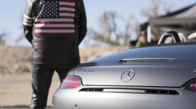 """""""Easy Driver"""": Peter Fonda und der Mercedes-AMG GT Roadster. Foto: spothits/ampnet/Daimler"""