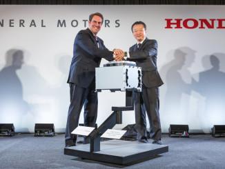 Mark Reuss (l.), General Motors Executive Vice President Global Product Development, und Toshiaki Mikoshiba, Honda CEO North American Region and President Honda North America, geben die Gründung eines Joint Ventures zum Bau von Brennstoffzellen-Systemen bekannt. Foto: spothits/ampnet/GM