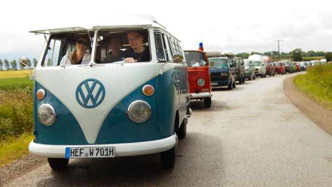 VW-Bulli-Konvoi. 70 Jahre VW Bulli. Foto: spothits/ampnet/VW