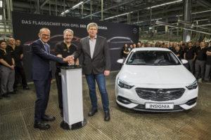Los geht's: Opel-Chef Dr. Karl-Thomas Neumann, Werksleiter Michael Lewald, der stellvertretende Betriebsratsvorsitzender Uwe Baum (von links) und die Rüsselsheimer Mannschaft geben gemeinsam das Startsignal für die Serienproduktion des neuen Opel Insignia. Foto: spothits/Opel