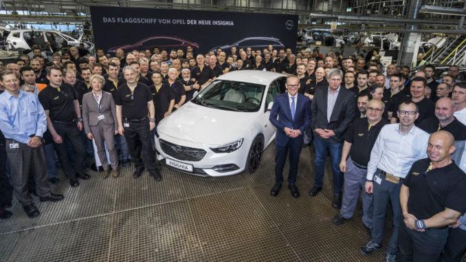 Mannschaftsfoto: Das gesamte Team des neuen Opel Insignia – Designer, Ingenieure und die Mitarbeiter des Werkes sind sichtbar stolz auf ihr neues Flaggschiff. Foto: spothits/Opel