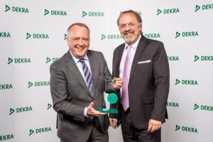 Gunnar Herrmann, Vorsitzender der Geschäftsführung der Ford-Werke GmbH (l.), nimmt den Preis aus den Händen von Erik Wakolbinger, Leiter Konzernvertrieb DEKRA SE, entgegen. Foto: spothits/Ford