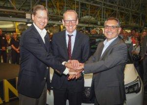 Phil Kienle, Vice President Global Manufacturing, Opel CEO Dr. Karl-Thomas Neumann und Antonio Cobo, Werksleiter Saragossa und Geschäftsführer von Opel in Spanien starten die Produktion des Crossland X. Foto: spothits/Opel