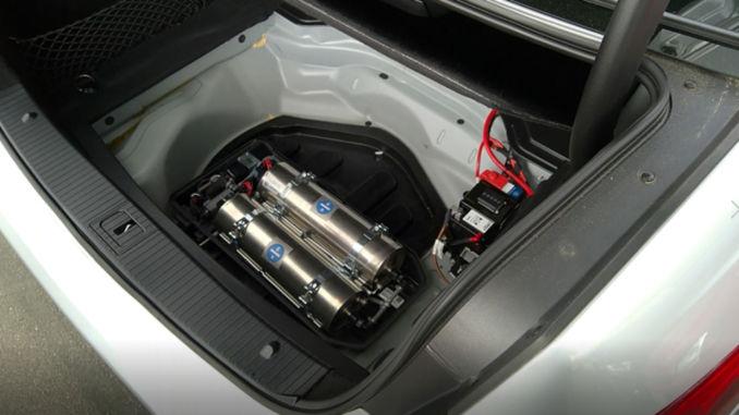 Der Nachrüstsatz enthält zwei 4,2-Liter-Kartuschen mit festem Ammoniak. Dies entspricht 16 Litern AdBlue. Die Reichweite beträgt etwa 15.000 km, bevor die Kartuschen getauscht werden müssen. Der Wechsel der Kartuschen dauert wenige Minuten und kann bei der Inspektion des Fahrzeugs durchgeführt werden. Foto: spothits/Amminex Emissions Technology