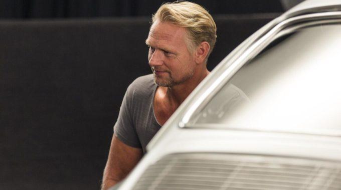 """Mit dem Porsche durch den Pott: Andreas (49) aus Mülheim an der Ruhr präsentiert einen originalgetreuen Porsche 911 aus dem Jahr 1965. """"Ich habe mich für dieses 130 PS Auto entschieden, da es zwei Zylinder mehr hat als ein VW Käfer"""", scherzt er. Foto: spothits/Nigrin"""