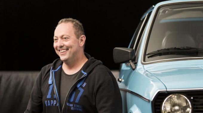 """Mit dem VW Oldtimer an der Essener Zeche vorbei: Der Ruhrpottler Andreas fährt einen VW Polo aus dem Jahr 1977. """"Ich stehe auf VW Modelle aus den 70er und 80er Jahren. Den Polo habe ich 1998 in einem Top-Zustand von meiner Oma übernommen"""", sagt der 47-jährige Essener. Foto: spothits/Nigrin"""