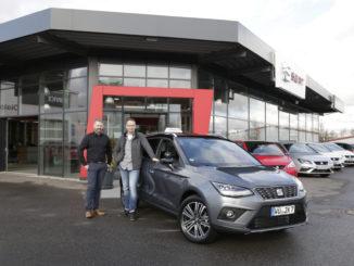 Thomas Stefi vom Seat Autohaus Schuler + Eisner (l.) und Fahrlehrer Jens Wilnit nehmen den neuen Seat Arona in Empfang. Foto: spothits/Seat
